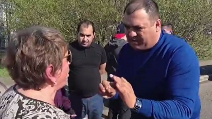 Ярославский дорожник пообещал «взять в руки лопатку», если его дорога развалится через год