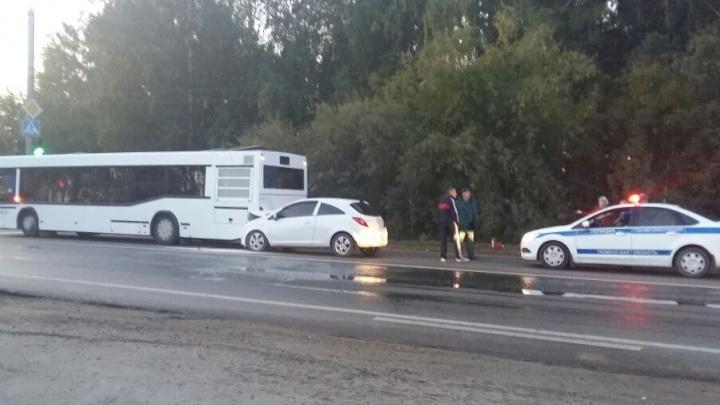 Сотрудники МЧС предотвратили автопожар после ДТП на Старотобольском тракте