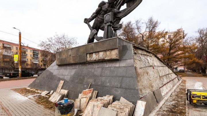 В Челябинске начали реставрировать памятник железнодорожникам-революционерам