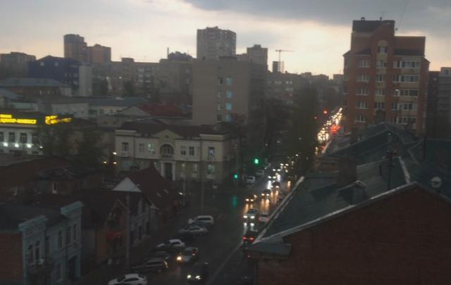 Плывущий асфальт и порванные колеса: в Ростове прошел ливень