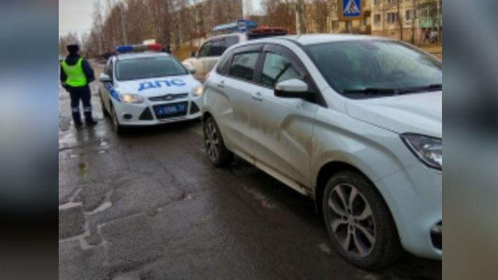 В Рыбинске белая Lada XRAY сбила на пешеходном переходе женщину