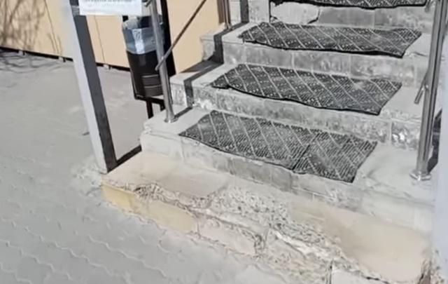 Волгоградцы возмущены давно разваливающейся лестницей в аптеку