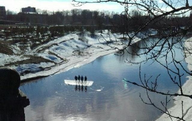 Серфинг на льдине: четверо экстремалов в Рыбинске переплыли реку