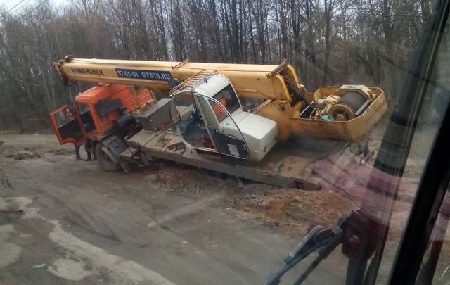 В Ярославле автокран завалился в дорожную яму: фото