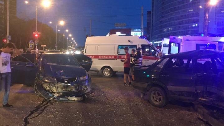 Пытались «проскочить»: на перекрестке Мира и Советской Армии в Перми столкнулись две легковушки