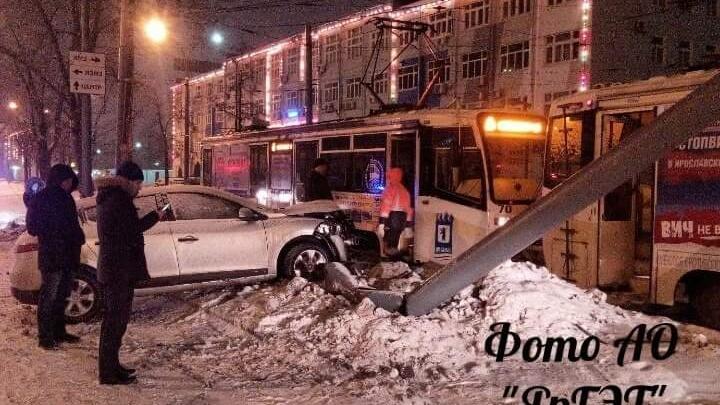 В Ярославле иномарка влетела в трамвайный столб