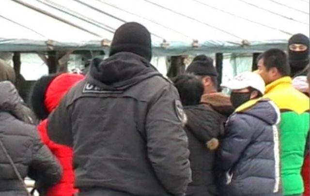 Из теплицы под Челябинском в райотдел отвезли 70 мигрантов