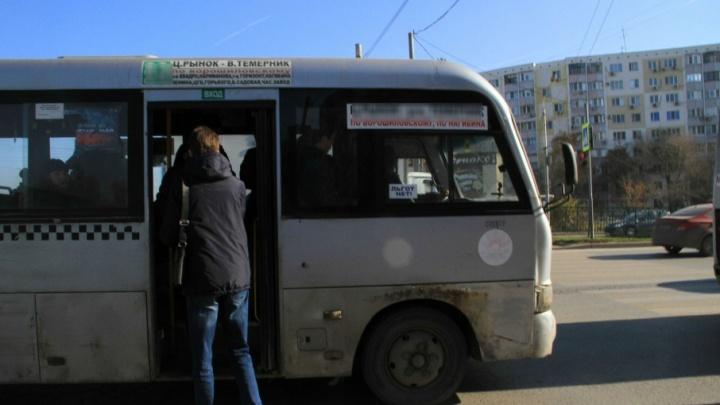 В Ростове из-за замечания пассажир маршрутки набросился на женщину
