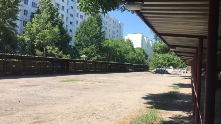 Парковочные войны: жильцы дома на Зорге грозят перекрыть улицу, если их заставят платить за стоянку