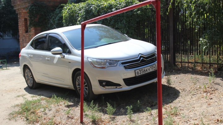 «Я паркуюсь, как…»: волгоградские горе-парковщики перекрывают дороги