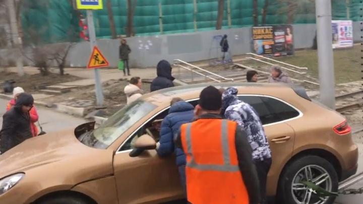 Около КРЦ «Звезда» водитель Porsche протаранил трамвай