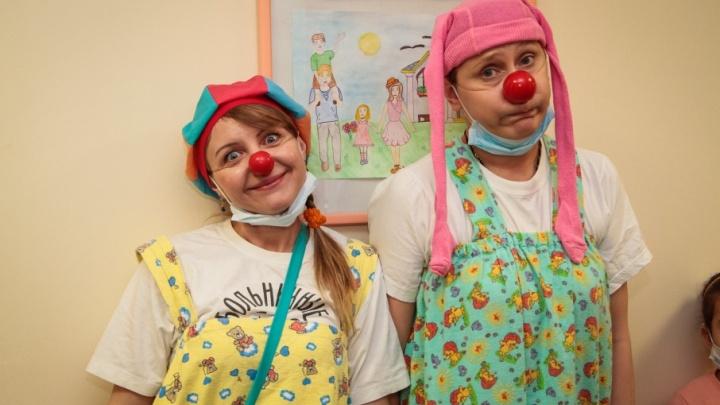 «Нам плакать нельзя, иначе надолго не хватит»: один день из жизни больничного клоуна