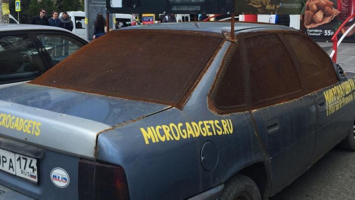 «Переставлю машину»: Opel с рекламой на крыше возле ЮУрГУ объявили вне закона