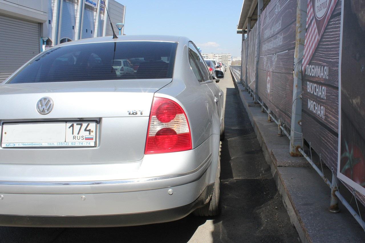 Автомобили стоят так плотно, что пешеходы вынуждены выходить на проезжую часть