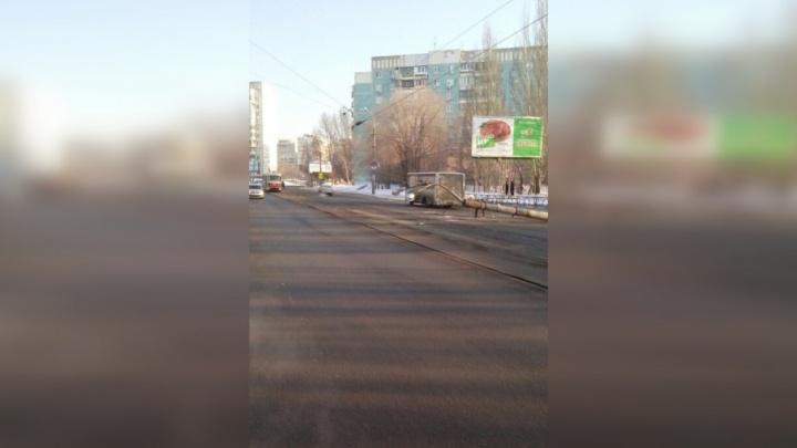 В Самаре на Пензенской автобус снёс световую опору
