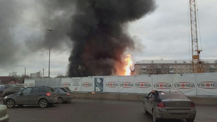 В Рыбинске вспыхнул пожар у торгового центра «Виконда»: что горит