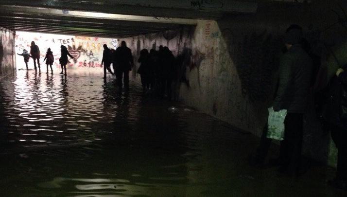 В Волгограде подземный переход скрывается под водой
