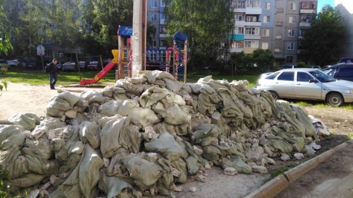 В Ярославле детскую площадку завалили строительным мусором
