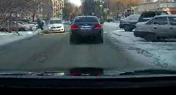 Неожиданно выбежала на дорогу: регистратор снял, как на Фрунзе сбили женщину