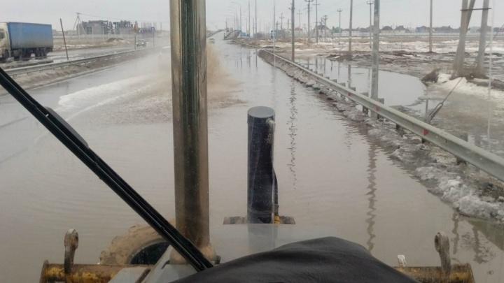 В Волгоградской области полумост через Ахтубу захлебнулся в талой воде
