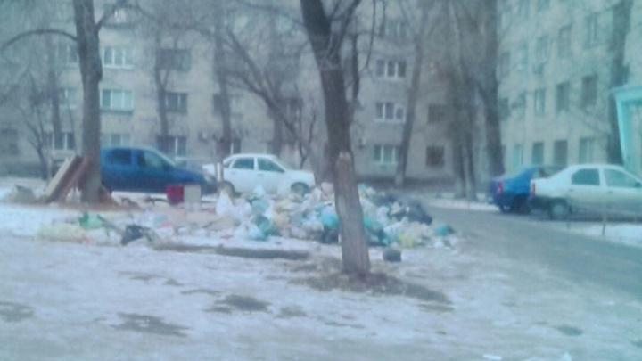 В Волжском рядом с больницей растет новая свалка