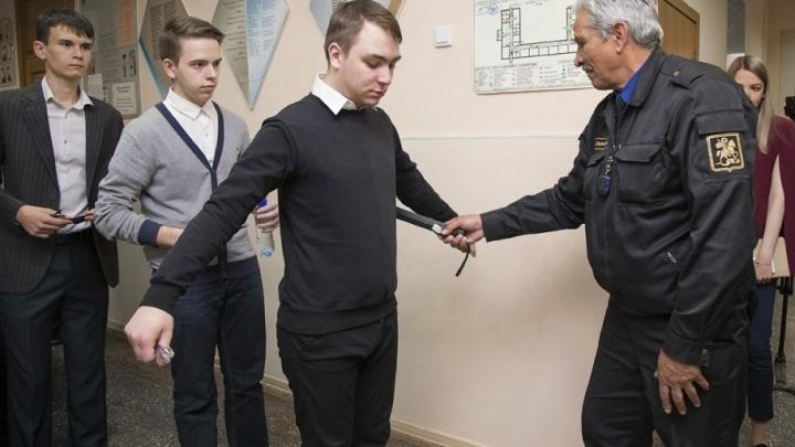 «Сначала бахилы, потом паспорт»: 74.ru проверил работу школьной охраны