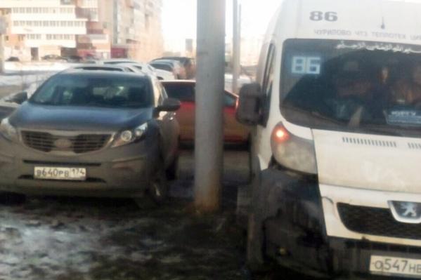 От столкновения с микроавтобусом KIA выбросило на газон
