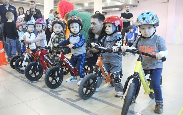 В Челябинске юные гонщики на беговелах покорили трек и завоевали первые трофеи