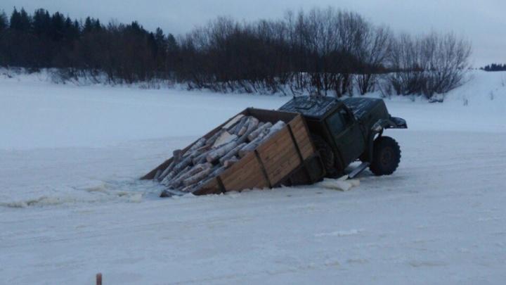 В Лешуконском районе большегруз проломил переправу через Ёжугу
