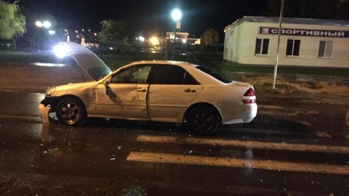 В Волгограде водитель иномарки ушибся, протаранив бетонные блоки
