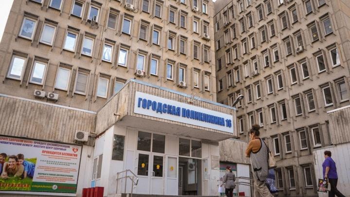 Давку пенсионеров в поликлинике №16 объяснили нежеланием ростовчан пользоваться интернет-талонами