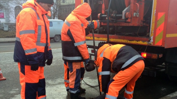 Долой лужи: в Самаре на улице Максима Горького ликвидировали засор в дождеприемнике