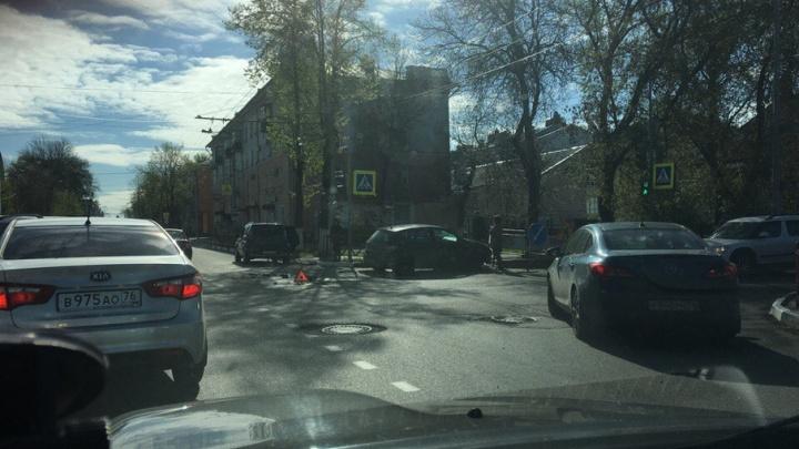 Авария на Большой Октябрьской перекрыла въезд в центр Ярославля