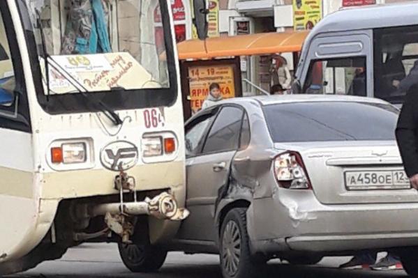 Из-за аварии образовался дорожный затор