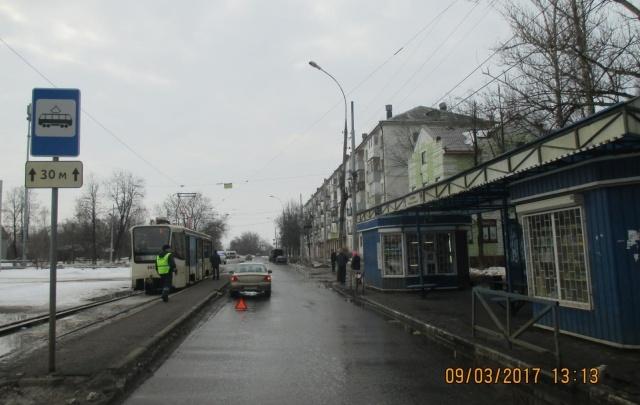 В Ленинском районе иномарка сбила семилетнюю девочку на остановке