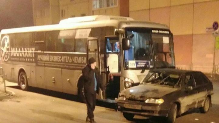 В Челябинске ВАЗ столкнулся с иномаркой и срикошетил в автобус с рекламой гостиницы «Малахит»
