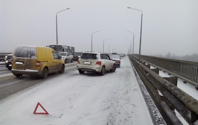 Три иномарки и «жигули» столкнулись на Октябрьском мосту в Ярославле
