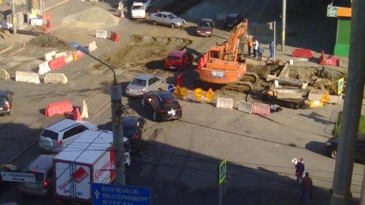Из-за ремонта теплотрассы улицу в центре Челябинска парализовали утренние пробки