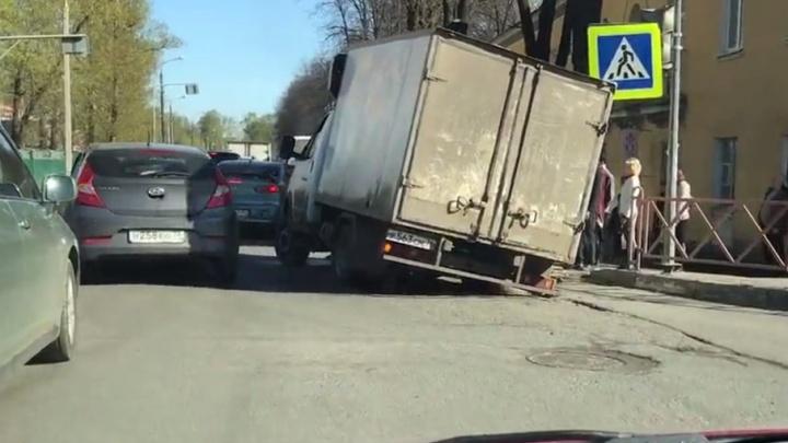 На шоссе в Ярославле «Газель» застряла в яме и не смогла оттуда выбраться