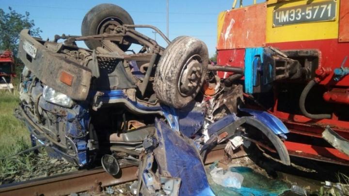 В страшной аварии тепловоза и грузовика в Волжском погиб 17-летний мальчик