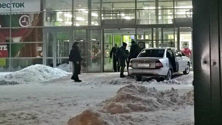 В Тольятти «Приора» въехала в двери супермаркета «Перекресток»