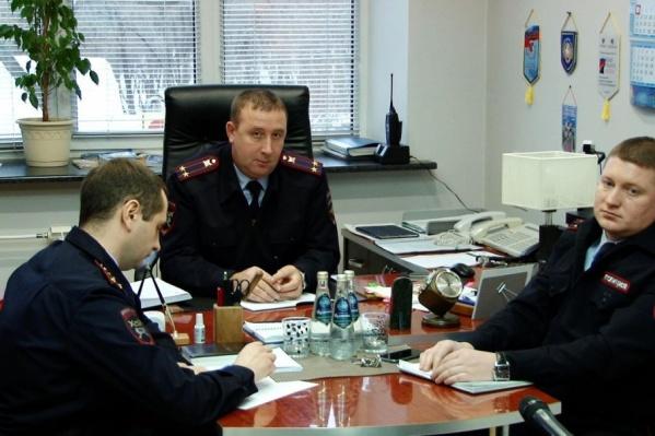 Андрей Карпочев (в центре) ответил на обвинения видеоблогеров