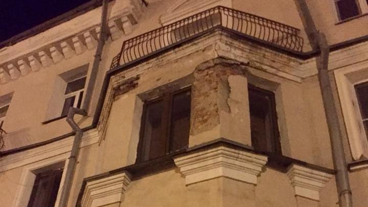 У дома на гостевом маршруте Челябинска отвалился кусок фасада