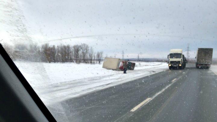 «Машина лежит на боку»: в Самарской области грузовик улетел в кювет
