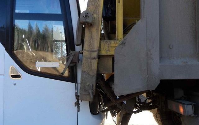 На трассе М-8 рейсовый автобус столкнулся с грузовиком
