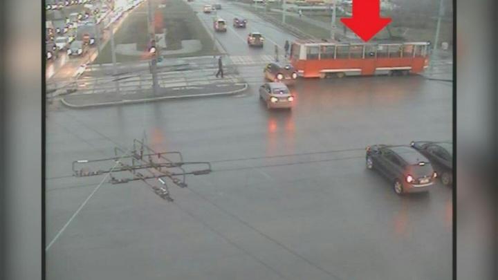На улице Чкалова в Перми скопилась пробка из-за сломавшегося трамвая
