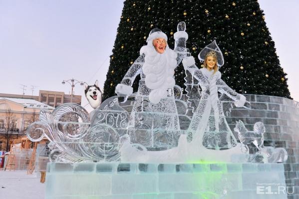 Ледяные Дед Мороз и Снегурочка уже стоят на площади