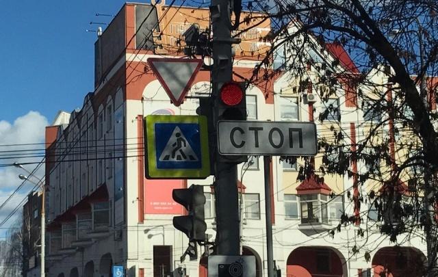 На перекрестках Ярославля начинают штрафовать всех любителей проскочить на красный