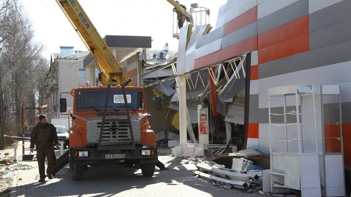 После обрушения крыши в рыбинском супермаркете разбирают фасад