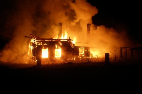 Домик полностью охватило пламенем за несколько минут